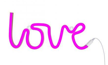 Geschenk für Sie: love Wandleuchte mit Schriftzug