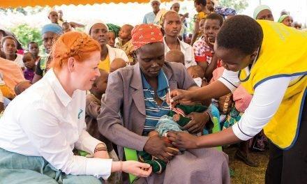 Enie van de Meiklokjes engagiert sich für die Initiative von Pampers für UNICEF