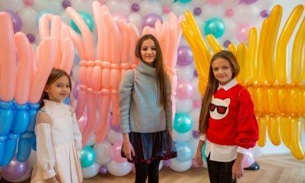 Super-Kindermodel Anna Pavaga zu Gast auf der Fashion-Show in München.